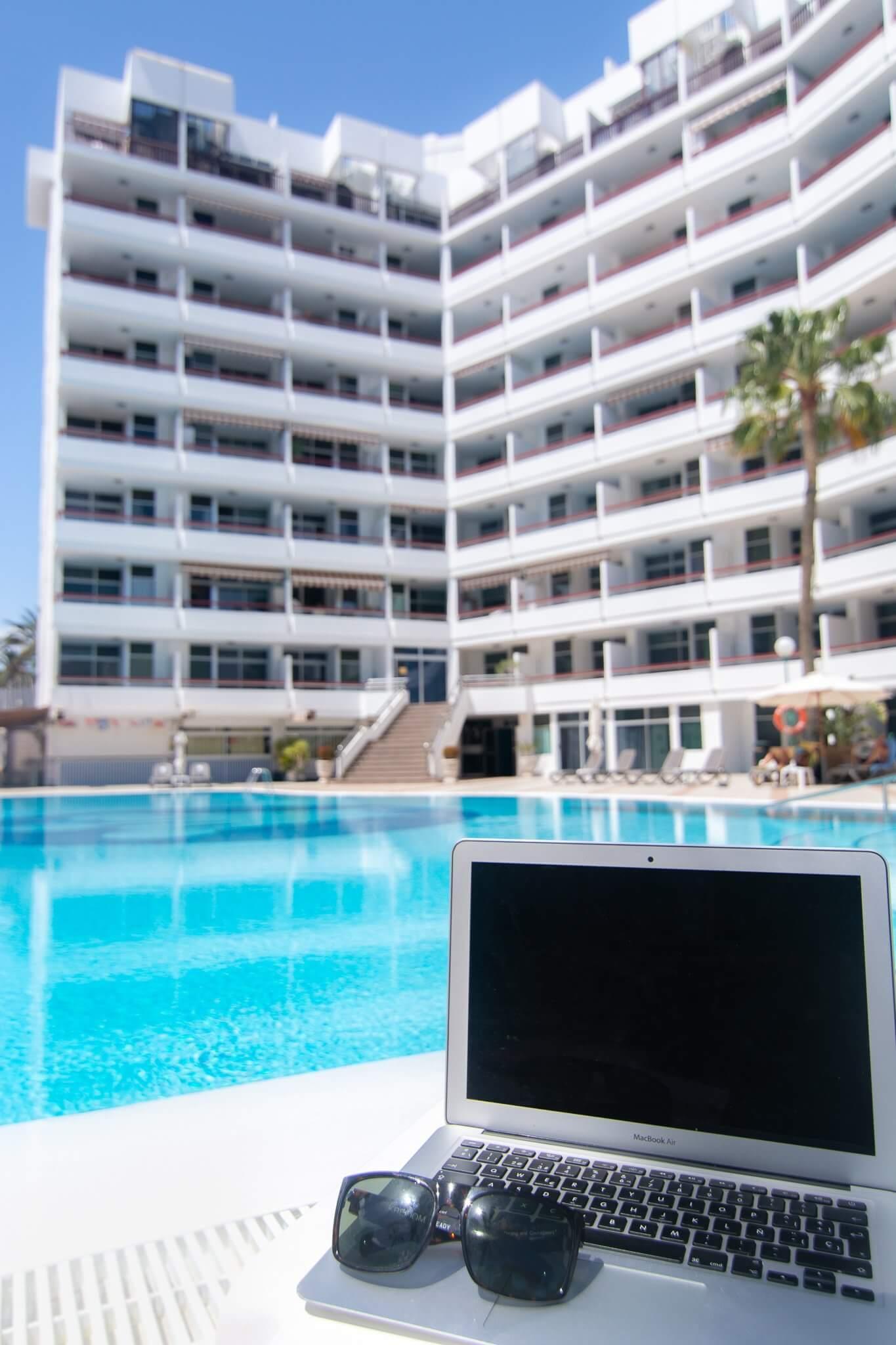 remote-worker-playa-del-ingles-corona-blanca